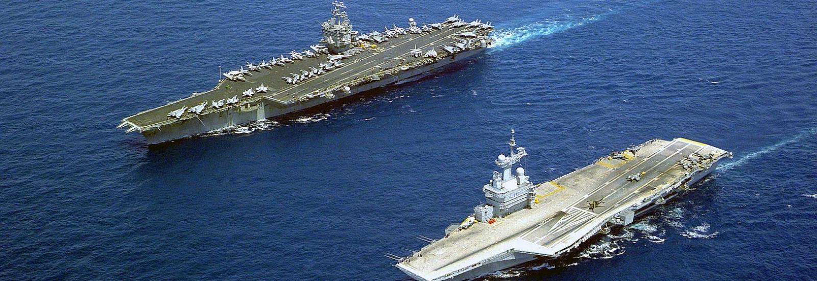 Le porte-avions Charles de Gaulle croisant avec le USS Enterprise en mer Méditerranée, en 2001.